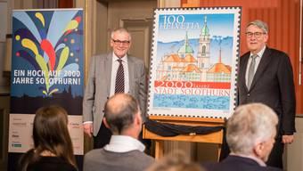 Stadtpräsident Kurt Fluri und Urs Schwaller, VR-Präsident der Post, präsentieren die neue Sondermarke.