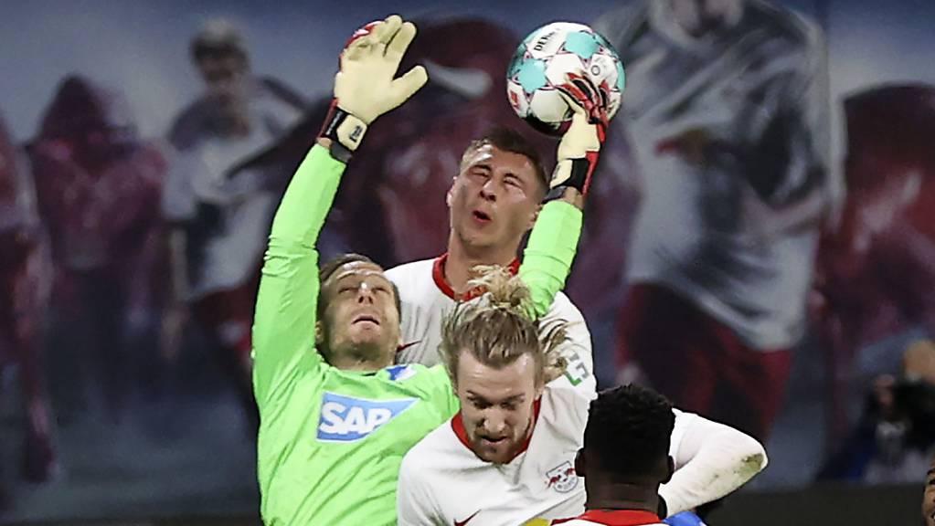 Hoffenheims Goalie Oliver Baumann hindert die Leipziger Emil Forsberg (vorne) und Willi Orban am Kopfball