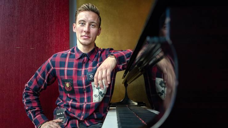 Setzt sich in der Freizeit gerne ans Klavier und nimmt Jazzpiano-Unterricht: Nicolas Bürgy, fotografiert im Restaurant Einstein in Aarau