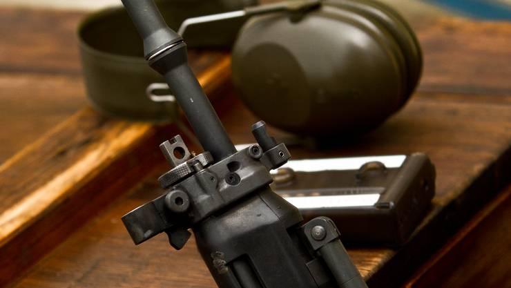 Stammt die Kugel aus einer Armeewaffe.
