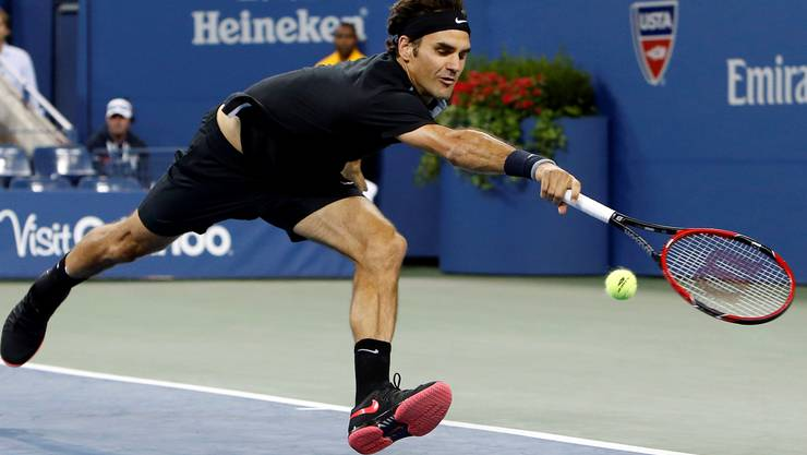 Blindflug: Roger Federer versucht, eine von Sam Groths Aufschlaggranaten mit geschlossenen Augen zu retournieren.keystone