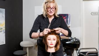 Waschen, legen, föhnen: Iris Nydegger lernt mit 55 Jahren das Einmaleins des Frisierens.