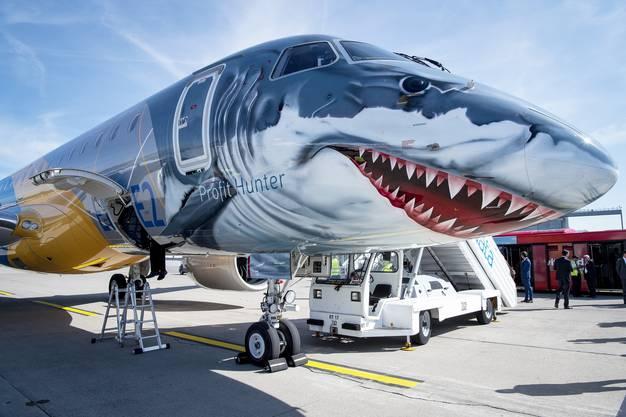Die Maschine des brasilianischen Herstellers Embraer trägt die Werksbemalung eines Weissen Hais.