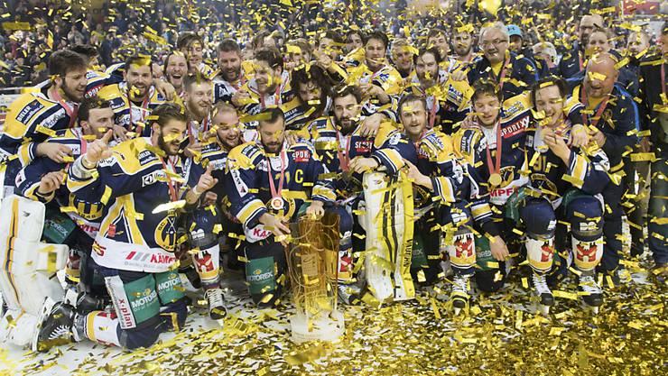 Nach den gewonnenen Serien gegen Kloten (4:1 Siege) und Olten (4:2) träumt der Schlittschuhclub Langenthal vom dritten NLB-Meistertitel nach 2012 und 2017 - Bild: Meisterfeier 2017
