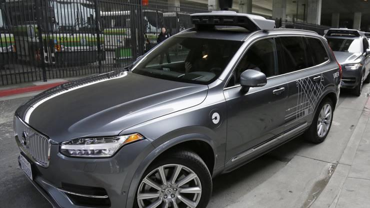 Ein selbstfahrender Volvo vom Fahrdienst Uber. Wegen einem Unfall zieht Uber nun sämtliche selbstfahrende Autos aus dem Verkehr. (Archiv)