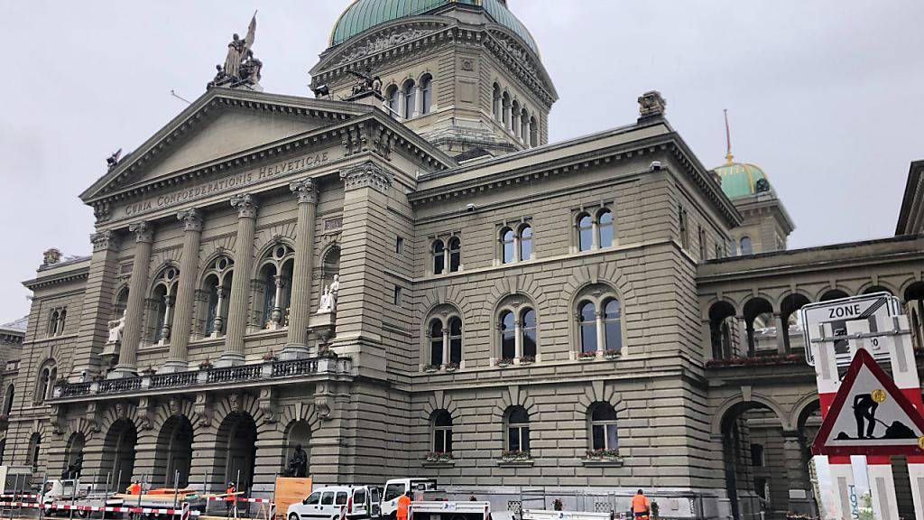Die Bauarbeiten vor dem Bundeshaus begannen am Montagmorgen und dauern bis Anfang Oktober.