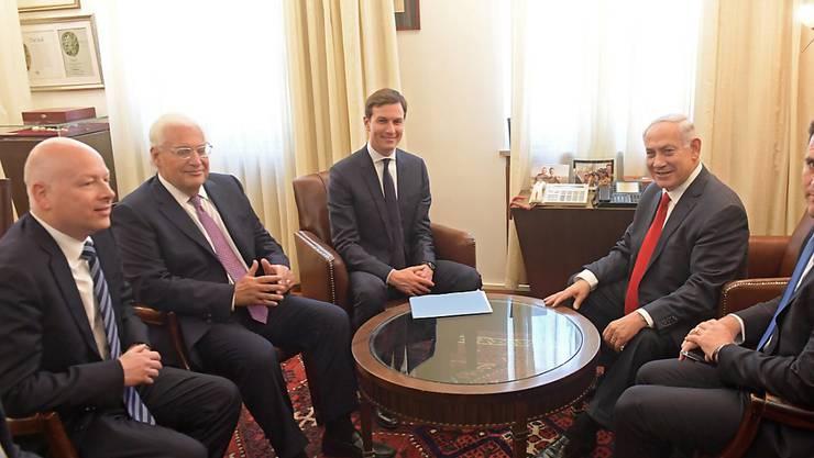 Schwiegersohn und Berater des US-Präsidenten Jared Kushner (Mitte) spricht mit dem israelischen Premier Netanjahu über Frieden in Nahost.