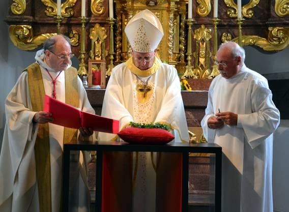 Einsegnung: Weihbischof Martin Gächter, Domherr Paul Rutz (l.), Kirchgemeindepräsident Robert Haefeli.