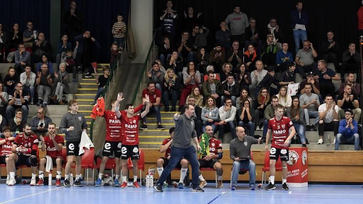 Ärger auf der HSC-Bank: Trainer Misha Kaufmann (M.) und seine Spieler protestieren gegen einen der zahlreichen umstrittenen Schiedsrichterentscheide.