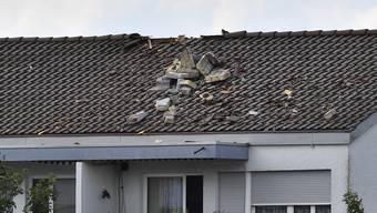 Kleinflugzeug streift Wohnhaus in Belp (15.07.2017)