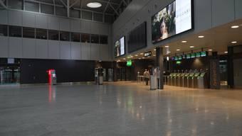 Mit den Massnahmen vom Bund und der Schliessung der Grenzen steht der Flughafen Zürich still. Er gibt den Eindruck eines verlassenen Geisterflughafens.