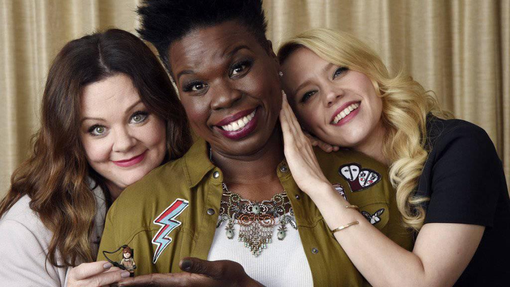 Melissa McCarthy, Leslie Jones und Kate McKinnon (von links) spielen im Film «Ghostbusters,» der sich in den US-Kinocharts an die Spitze gesetzt hat (Archiv)