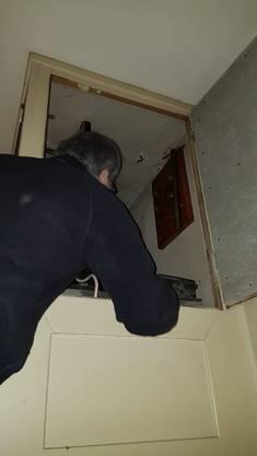 Lifthistoriker Hadorn begutachtet die Liftkabine.