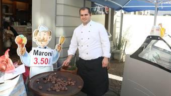 Seit dieser Woche verkauft Raffaele Marino in der Marktgasse vor seinem Feinkost-Laden heisse Marroni.