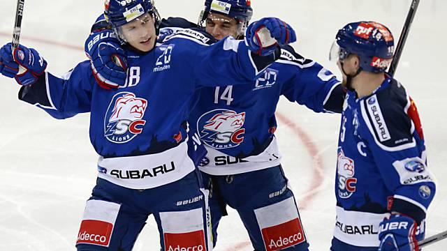 Der Torschütze zum 2:1, Sven Senteler (links), lässt sich feiern