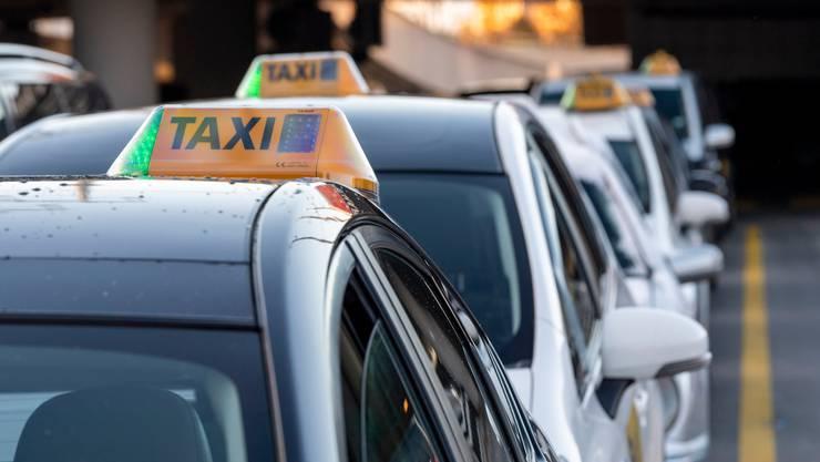Laut der Konferenz für Sozialhilfe waren vor allem Selbständigerwerbende, wie etwa Taxifahrer, auf Sozialhilfe in der Coronakrise angewiesen. (Symbolbild)