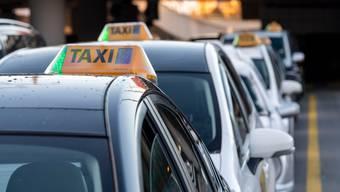 Selbständigerwerbende wie Taxifahrerinnen und -fahrer haben länger Anspruch auf Corona-Erwerbsersatz.