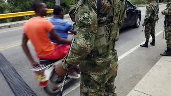 Kolumbianische Soldaten bewachen eine Brücke in Villa Rica: Die Regierung und die FARC-Guerilla senden Signale für eine Waffenruhe aus (Archivbild).