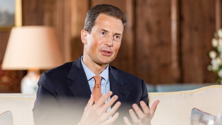 Erbprinz Alois Philipp Maria von und zu Liechtenstein, Graf zu Rietberg, im Schloss Vaduz. Er ist der älteste Sohn des Fürsten von Liechtenstein und somit Thronfolger. Seit 2004 waltet Erbprinz Alois als Staatsoberhaupt des Fürstentums Liechtenstein.