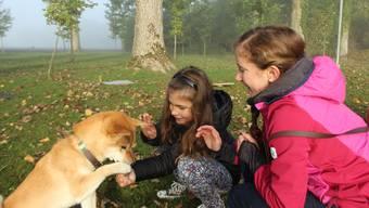 Der Hund Chinook mit Eva Maria und Betreuerin Linda Wigger.