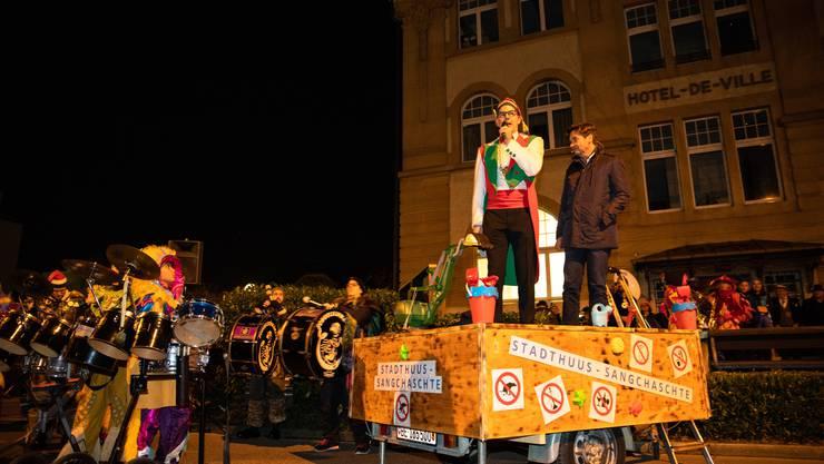 Obernarr Patrick Meier und Stadtpräsident François Scheidegger eröffnen die Fasnacht vom «Sandkasten» aus.