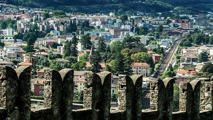Könnte einmal alles zur Gemeinde Gross-Bellinzona gehören: Blick vom Wachturm des Castello di Montebello in Bellinzona Richtung Giubiasco (Archiv).