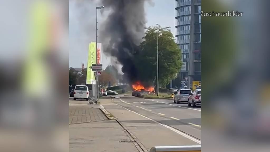 Mittelschwer verletzt: Frau knallt in Frauenfeld (TG) mit Auto in Baum - dieses geht in Flammen auf