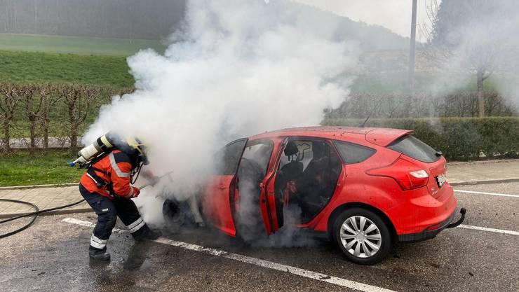 Auf dem Rastplatz Tenniken geriet am Samstagmorgen ein Auto in Brand.