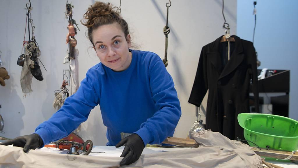 Restauratorin Chantal Willi bringt im Schauatelier Konservierung und Restaurierung im Museum Tinguely die Installation «Ballet des Pauvres» von 1961 wieder auf Trab.