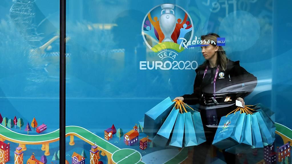 Bukarest ist heute der Gastgeber für die Gruppenauslosung der Fussball-EM 2020. Eine freiwillige Helferin stellt für die offiziellen Delegationen Geschenke bereit.
