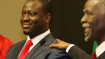 Die Regierung in der Elfenbeinküste hat einen Haftbefehl gegen den Bewerber bei der Präsidentschaftswahl im kommenden Oktober, Guillaume Soro (links), erlassen. (Archivbild)