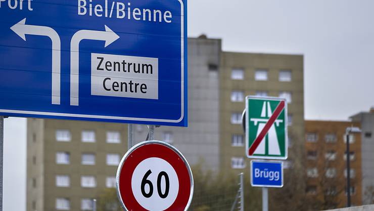 Dieses Schild am westlichen Ende des A5-Ostasts ist bereits sprachlich so gestaltet wie sich das die Bieler Behörden wünschen. (Archivbild)