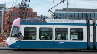 Ein Fussgänger wurde in Zürich von einem Tram erfasst und verletzt. (Symbolbild)