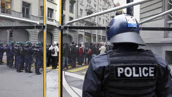 Rund 100 Anti-WEF Demonstranten werden von der Polizei eingekesselt in Bern