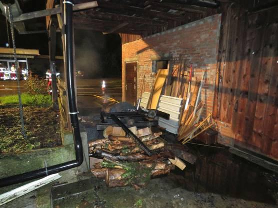 Die Feuerwehr konnte das Übergreifen des Feuers auf die daneben stehende Scheune verhindern.