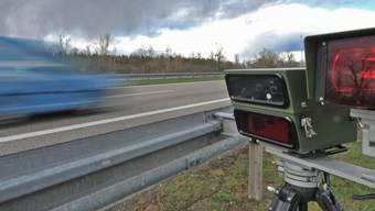 Mit 144 km/h statt der erlaubten Tempo 70 ist ein Autolenker am späten Samstagabend in Spiez BE an einer Geschwindigkeitskontrolle vorbeigerast. (Archivbild)