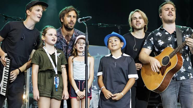 Max Giesinger (zweiter v.l.) und seine Band sangen mit drei Kids aus dem Publikum ein Lied.