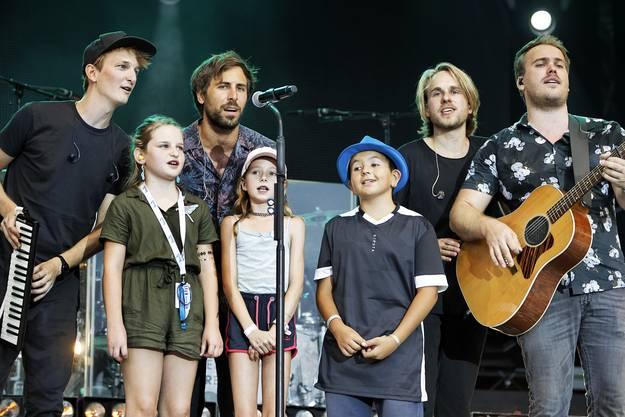 Max Giesinger (zweiter v.r.) und seine Band sangen mit drei Kids aus dem Publikum ein Lied am Heitere Open Air 2019.