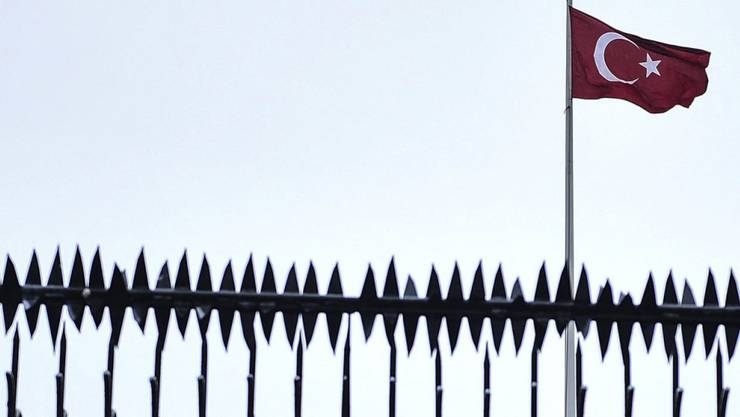 Ein Haus, das dem türkischen Generalkonsulat gehört, soll durch einen sehr hohen Sicherheitszaun geschützt werden. (Symbolbild)