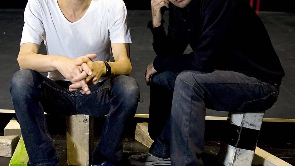 """Zimmermann (links) mit seinem Produktionspartner Dimitri de Perrot bei Proben zu ihrem Stück """"Oeper Oepis"""" (Archiv)."""