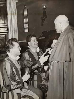 Johannes XXIII. verabschiedet Fredi Beerli (l.) 1963 aus dem Dienst.