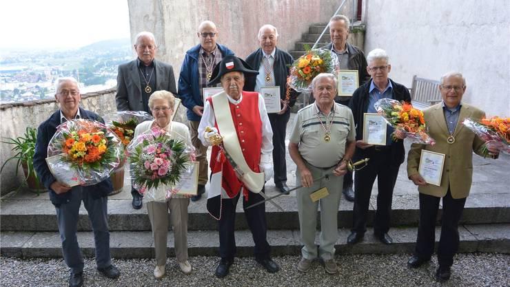 Auf dem Schloss (v.v.l.): Bruno Kölliker (neuer Ritter), Martha Mooser (neue Ritterin), Urs Hammer (Graf zu Bechburg),Hansruedi Baumgartner (neuer Graf zu Bechburg), Walter Rieder und Urs Baumgartner (neue Ritter); (h.v.l.) Kurt Bobst(neuer Ritter), Urs Nünlist (geehrt für 300 Stunden), Bernhard Bobst (500 Stunden) und Hans Habegger (neuer Ritter).