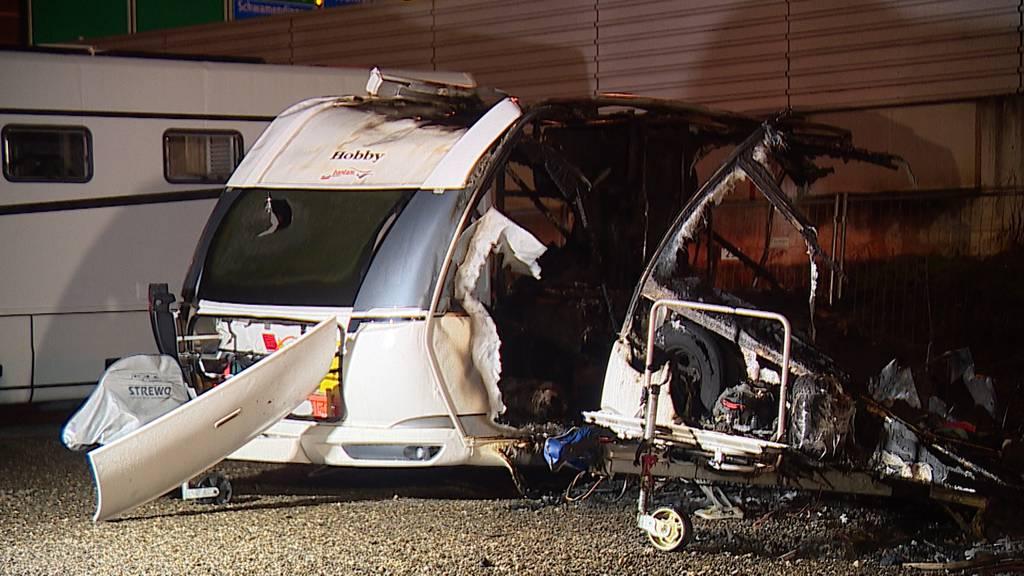 Feuer in Dietlikon ZH: Mehrere Wohnwagen komplett ausgebrannt