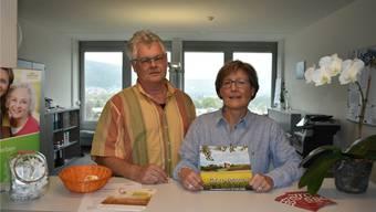 Stefan Wagner und Dorothée Birchmeier präsentieren die neue Informationsbroschüre «Mit 66 Jahren ...». lh