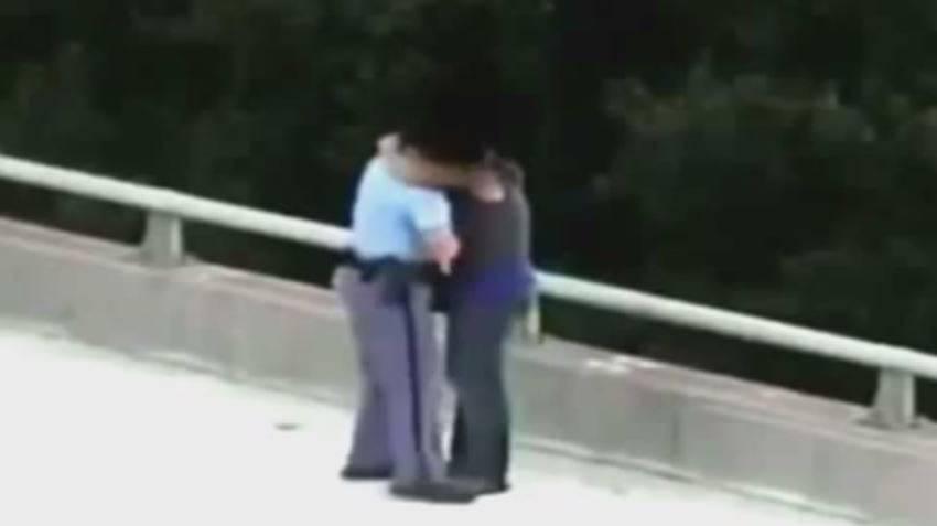 «Alles gut, es ist vorbei»: Polizist holt Lebensmüden von Brücke