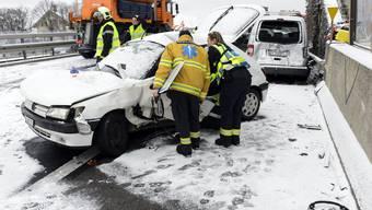 Wintereinbruch verursacht Unfälle auf Schweizer Strassen