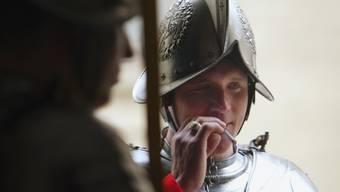 Ein Schweizergardist, Mitglied der Leibwache des Papstes, beim Rauchen. (Symbolbild)