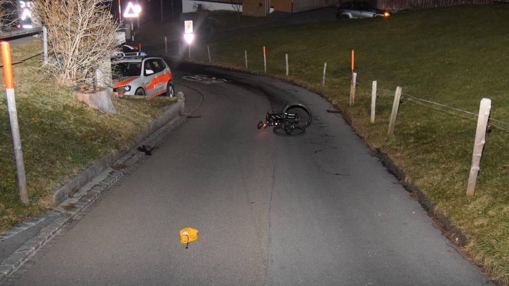 Velofahrer stürzt zweimal und bleibt verletzt auf Strasse liegen
