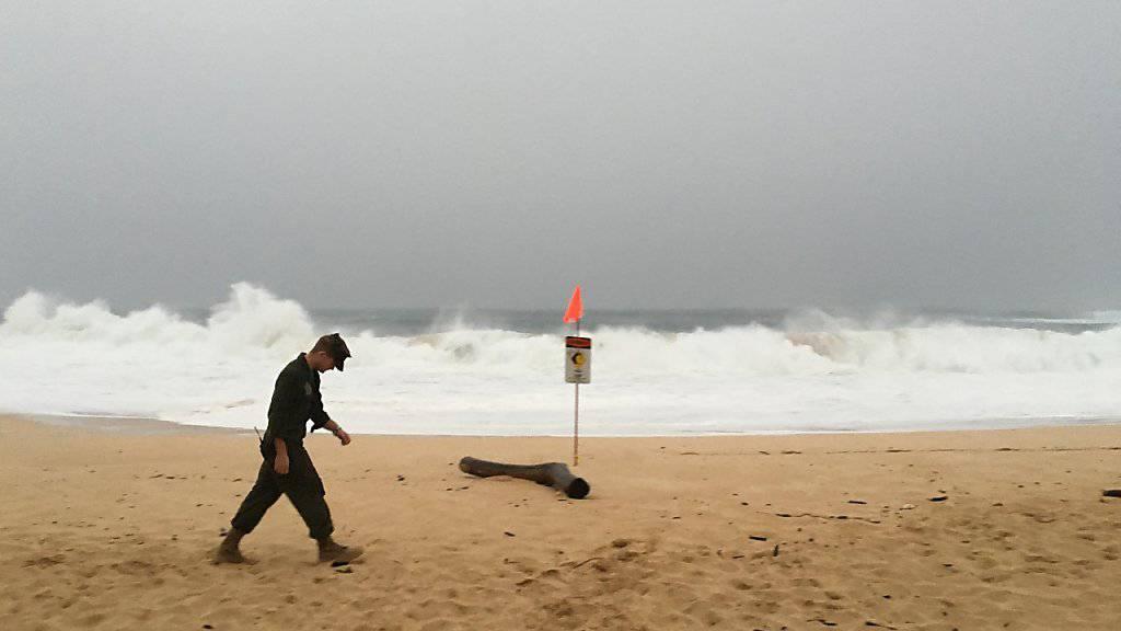 Suche nach den Kameraden: Ein Angehöriger der US-Marine am Strand auf Hawaii, wo zwei Armeehelikopter zusammenstiessen.