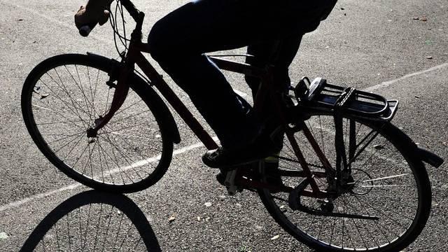 Ein Velofahrer wurde in Birsfelden von einem Auto auf einer Kreuzung angefahren. (Symbolbild)